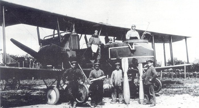"Gotha G.V 904/16 ""Erika"" and ground personnel holding 12.5 kg, 100 kg, and 50 kg PuW bombs, c.1917. Source: THE GREAT AEROPLANE RAID by Thomas C. Van Hare."