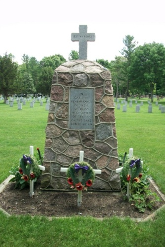 War Memorial – Inscription reads: In grateful remembrance of these Veterans who served on the sea, on the land and in the air. Photo courtesy of Marg Liessens. Via CVWM